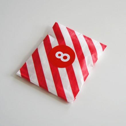rood gestreept papieren snoepzakje + label