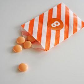 papieren snoepzakje + label oranje/wit gestreept