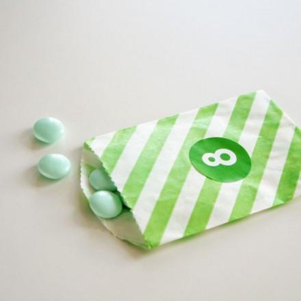 papieren snoepzakje + label groen/wit gestreept