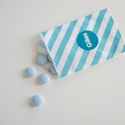 papieren snoepzakje + label blauw/wit gestreept