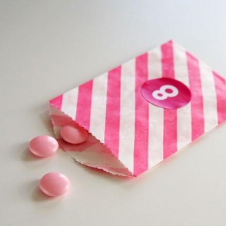 papieren snoepzakje + label roze/wit gestreept