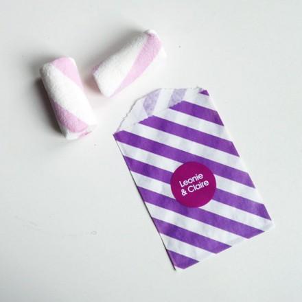 papieren snoepzakje paars/wit gestreept met label