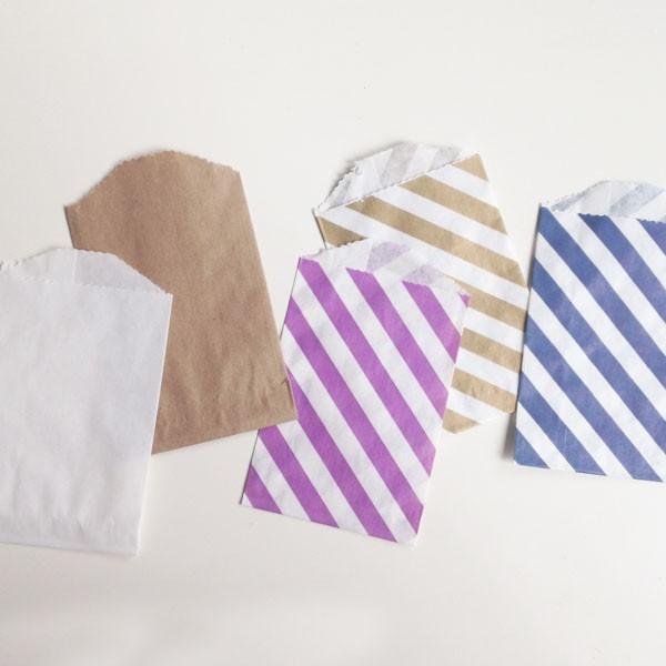 paars gestreepte snoepzakjes in papier met naamlabel