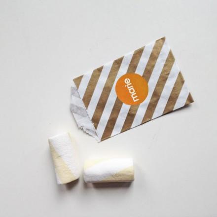 papieren snoepzakje goud/wit gestreept + label